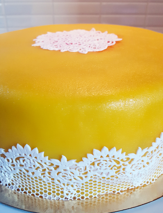 Yellow cake with lace - gul tårta med spets