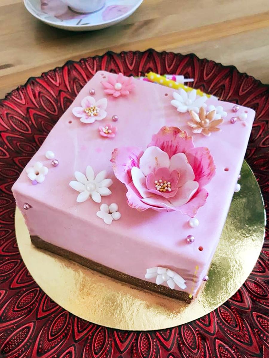 Tiny pink cake with gold - liten rosa tårta med guld