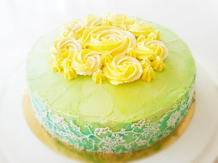 Grön tårta med smörkrämsblommor
