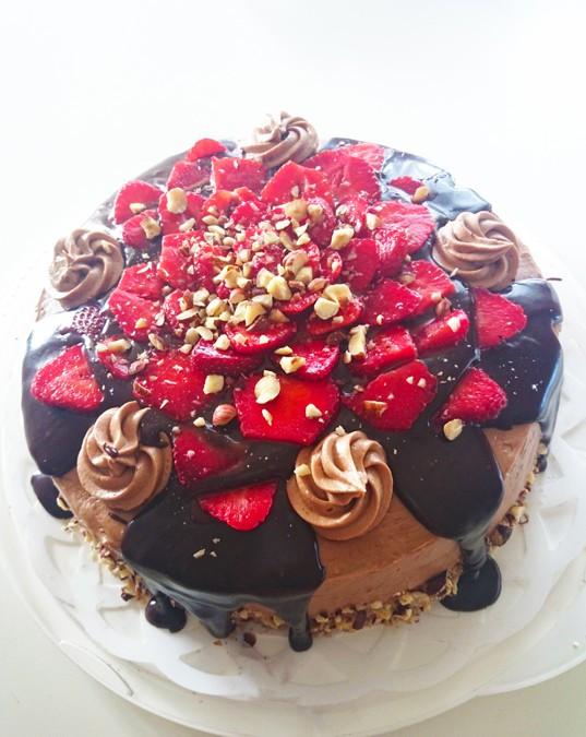 Jordgubbstårta med chokladkolasås